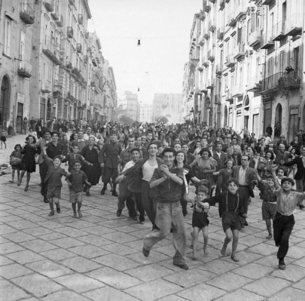 Naples-crowds-595x587